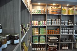 Boutique : miel, terrines, confiture, poiré...