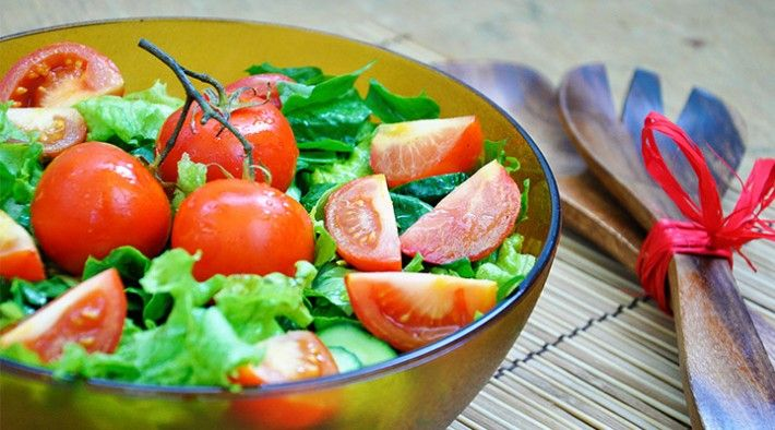 Salata de spanac cu rosii coapte   Crunchy Spinach Salad with Roasted Cherry Tomatoes