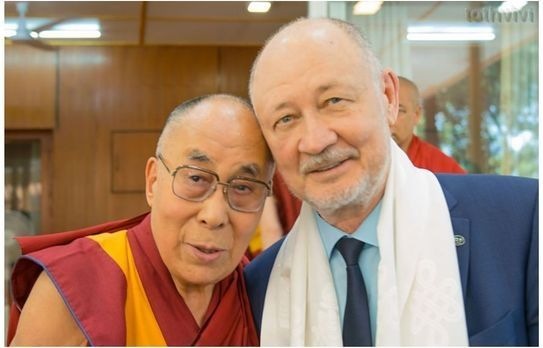 """Húrvasúttal a Dalai Lámához . . - Fektess be a jövőbe...      """"Mindkét kezünkkel fogjuk egymást, egymáshoz ér a fejünk.  Egy zárt kör alakult így ki: az agy - a szív - két kéz.  A végtelenség."""" ..  https://youtu.be/wGo9gXlgkQs"""