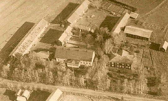 Yli- ja Ala-Könnin talot 1940-luvun lopussa. Yli-Könni edessä oikealla, vaalea Ala-Könni sen vieressä vasemmalla.