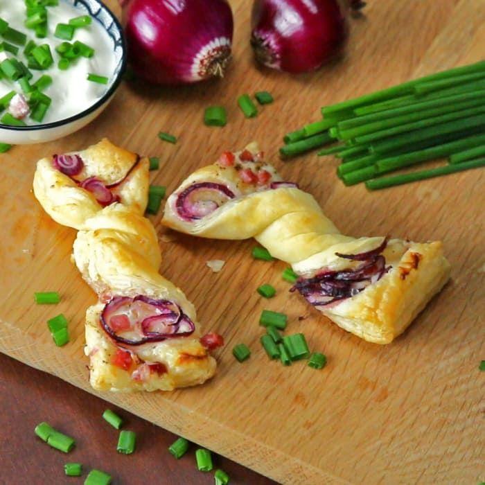 Was Du brauchst:- 1 Fertig-Blätterteig- 80g Schmand- 50g Speckwürfel- 80g rote Zwiebeln- 1 Bund Schnittlauch- Pfeffer & SalzHier die Zubereitung.