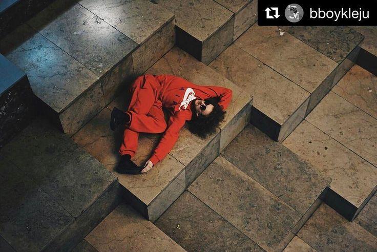 @bboykleju w trakcie przerwy sędziowskiej  #nowahutamasters #breakdance #bboy #workshops #battle #nowahuta #encek #kulturaKRK #dance #challenge #stairs #break #jury