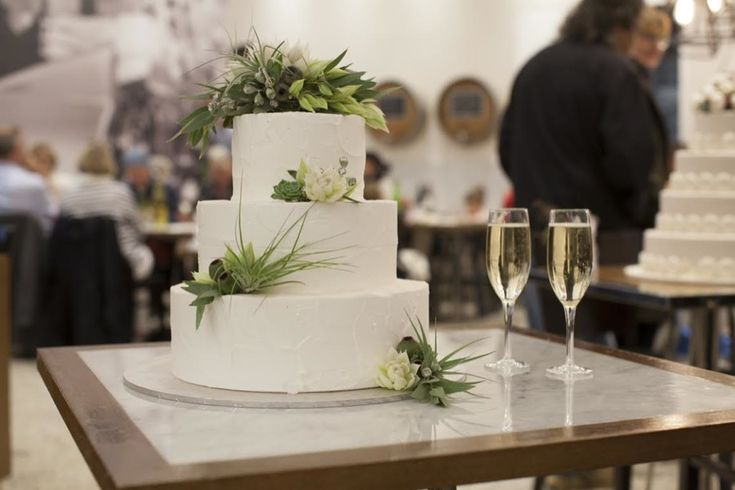 Candida Purezza - Three-tiered cake covered in buttercream and adorned with natives
