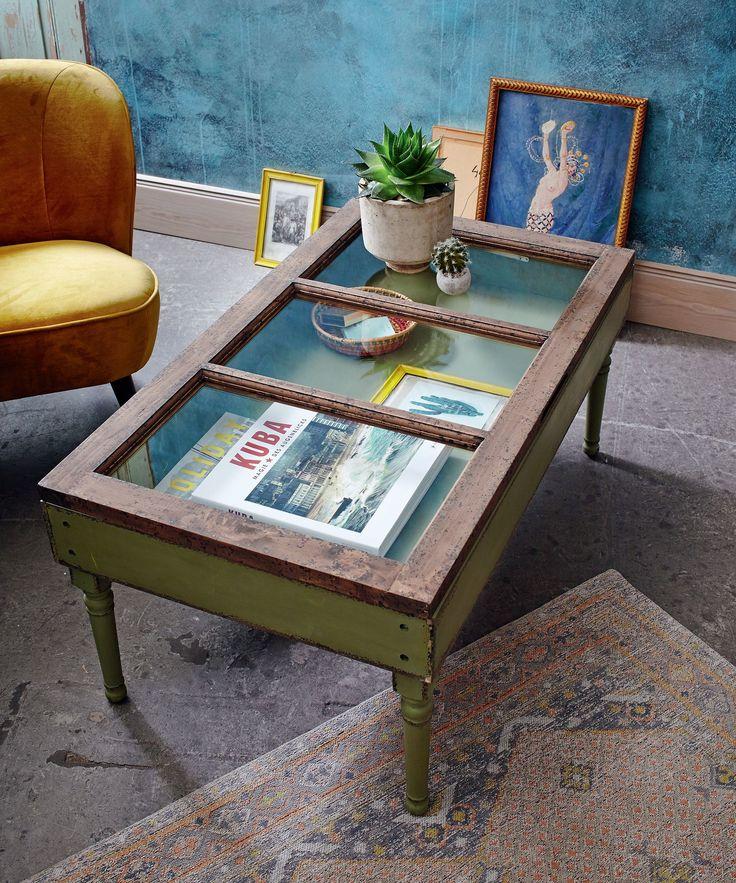 Im Shabby-Chic grün lackiert, mit Stauraum für Dekoratives unterhalb der drei Glasplatten an der zu öffnenden naturfarbenen Tischplatte.