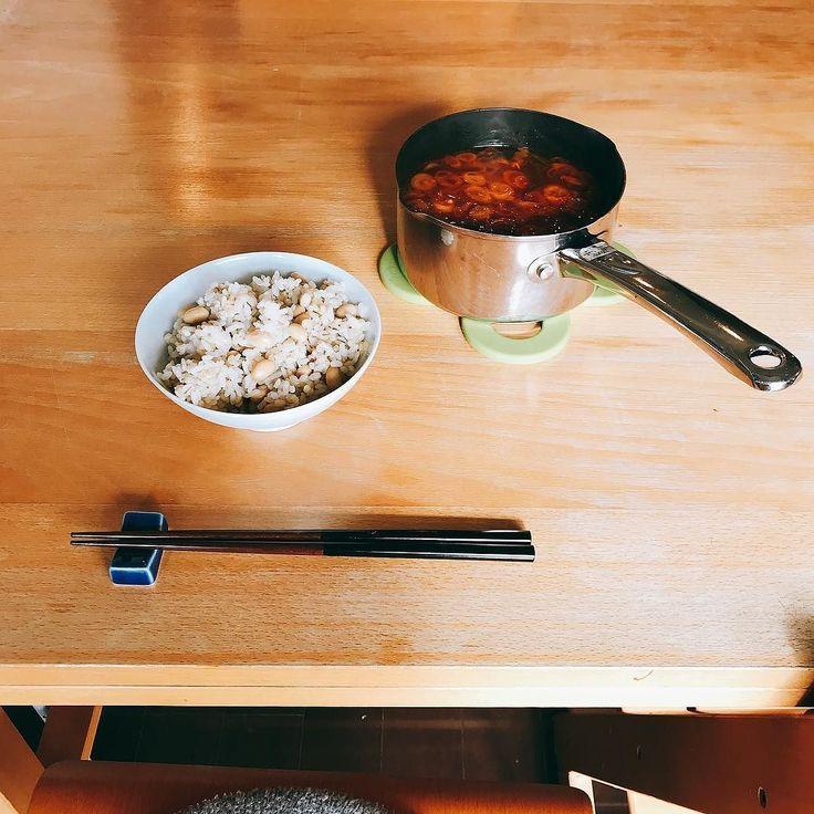 ひとり用の 土鍋が欲しいと思いせば はや3年が 経過しにけり  訳どんぶりに入れるには多すぎる汁物を一人で食べるとき小さい土鍋があったらなぁでもかさばるものは買いたくないなぁと悩んではや3年いい加減にニトリで買おうよと思いつつ今日も鍋を机に置くのである  鍋キューブのキムチ鍋にすりおろししょうがをどっさり入れたらフレッシュな辛味で美味しかった意外としょうがの香りはせず ねぎほうれん草絹ごし豆腐仕上げに納豆を入れてひと煮立ち  #キムチ鍋 #鍋キューブ #ひとり鍋 #鍋料理 #ひとりごはん #豆腐 #tofu #tofubeats #キムチ #納豆  #朝ごはん #breakfast #아침 #petitdejeuner #frühstück #завтрак #desayuno #frukost #早餐 #morning #cooking #cuisine #cookingram #クッキングラム #inmykitchen  #homemade #デリスタグラマー#おうちごはん #料理日記 #ごはん
