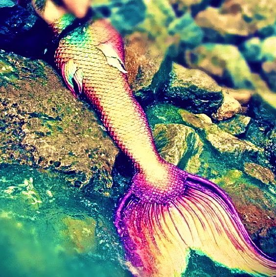 That mermaid tail! So colorful and sparkly ♥