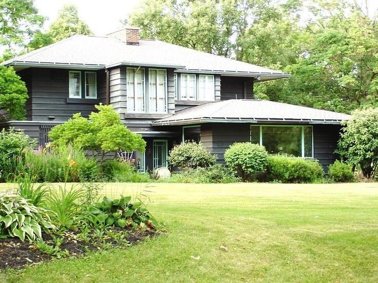 This beautiful frank lloyd wright prairie style house in for Frank lloyd wright prairie house