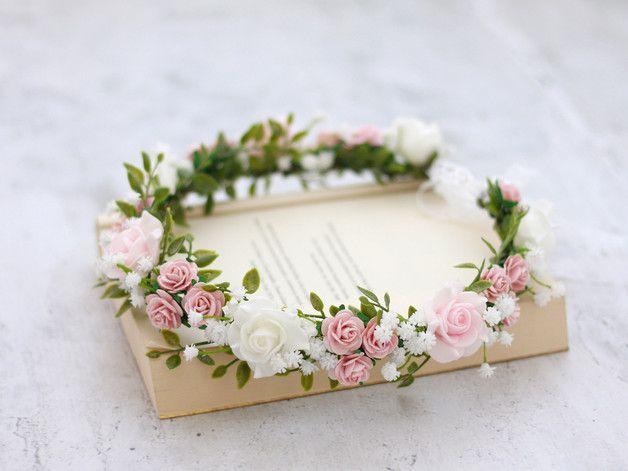 Una romántica corona de flores con hermosas flores y hojas. Este Kra …