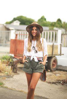 Hemos recurrido al día a día de las blogueras con más tirón para comprobar que también en su armario, la camisa blanca se ha convertido en imprescindible. Inspírate en los looks de estas reinas del Street Style y atrévete a combinar.