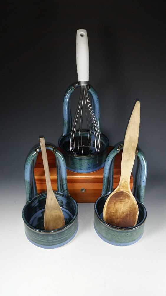 Standing Spoon Rest in Mottled Blue by SherydaneRossPottery - Porta cuchara de pie en azul moteado por SherydaneRossPottery