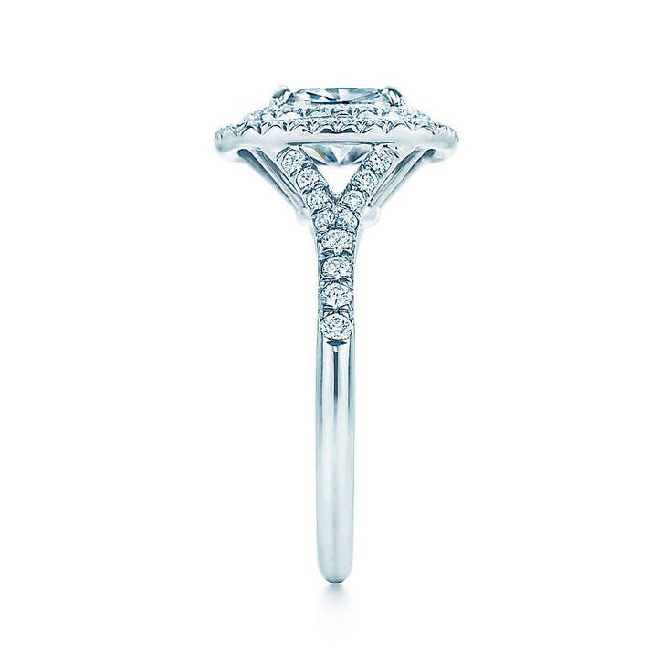 Questo anello dall'eleganza classica presenta un diamante taglio brillante modificato cushion circondato  da una doppia fila di diamanti sgriffati. La fedina di diamanti aumenta la magnificenza di questo pezzo sensazionale.