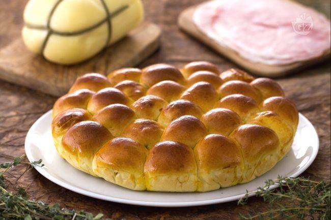 Il danubio salato è una preparazione originale: un impasto brioche salato a cui si dà la forma di tante palline da dividere per uno sfizioso aperitivo