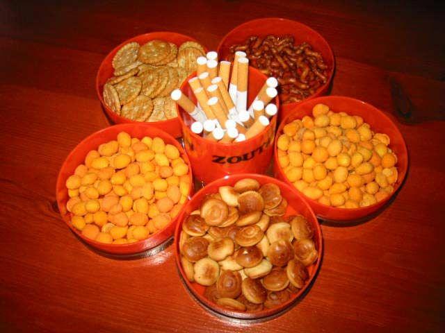 Zoutjes en sigaretten stonden voor de gasten klaar tijdens een verjaardag in de jaren 70.