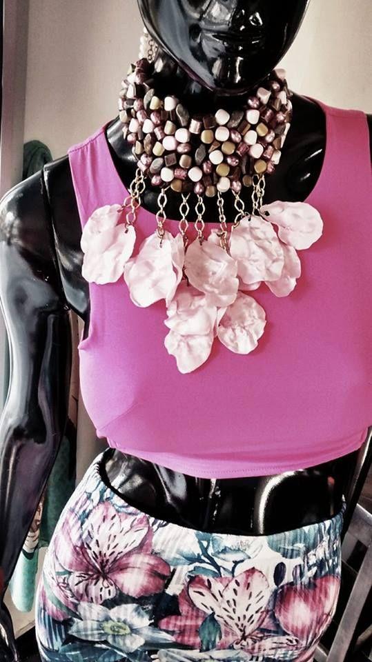 VIZCAÍNO, ZAR DE LA JOYERÍA ARTESANAL Síguenos en Instagram como @Vizcaino Vizcaino y Facebook como vizcaino vizcaino Cuando una pieza de Joyeria es protagonista en tu outfit, y tu, la anfitriona de todo un concepto lleno de estilo, nivel y exclusividad. Entre rosas y petalos se aviva esta amalgama de texturas naturales y frescas en un día del común para la mujer diferente que hay en ti.