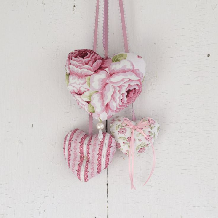 Trio of hearts Symphony Pink Roses Ornament to hang on the door or on the wall Girl's Bedroom Romantic Victorian Valentine Day de la boutique ChristineGrenier sur Etsy