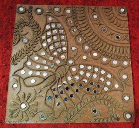 Dhordo, a última aldeia habitada no lado indiano da Grande Rann (deserto de sal no oeste da Índia). Um artesão local demonstrou muito bom grado Mud Mirror Art ou Lippan Kaam como é conhecida localmente.