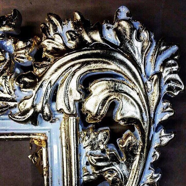 Vezzolli - Декоративный багет с растительным узором. Отделка золотая поталь, цвет белый.