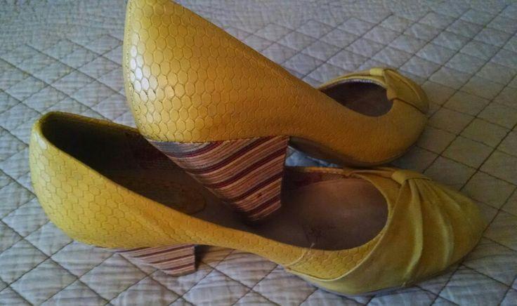 Amarillos con tacón multicolor