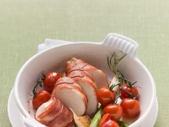 Hühnchenbrust mit Speck umwickelt, Frühlingszwiebeln und Tomaten ist ein Rezept mit frischen Zutaten aus der Kategorie Hähnchen. Probieren Sie dieses und weitere Rezepte von EAT SMARTER!