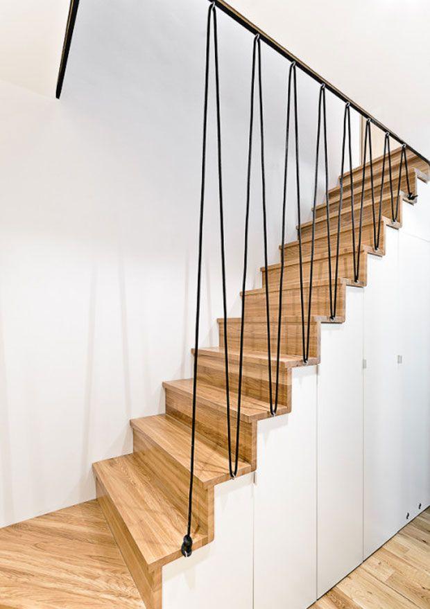 Ejemplo de escalera, espacio debajo para guardar.