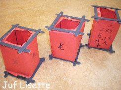 Lampion Benodigdheden: Rood papier, 8 ijslolliestokjes, zwarte verf, zwarte stift, lijm, voorbeelden van Chinese karakters  Vouw de lampion. Zorg dat er aan de onder en bovenkant een plakrandje blijft om de stokjes straks op te kunnen plakken. Versier de vier zijden van de lampion met Chinese karakters. Lijm de stokjes op elkaar en laat deze goed drogen. Verf ze dan zwart. Plak de stokjes onder- en bovenop de lampion.