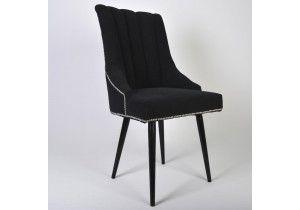 Krzesło zaprojektowane z myślą o kawiarni, restauracji hotelowej a także salonie. Cechą charakterystyczną krzesła są przeszycia pionowe na oparciu, delikatne podłokietniki oraz tasiemka z pineskami.
