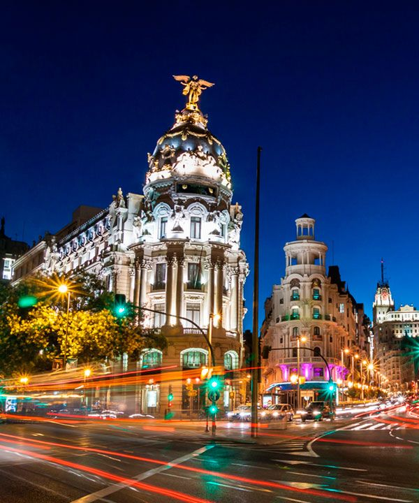 Noche en calle Alcalá y Gran Vía de Madrid