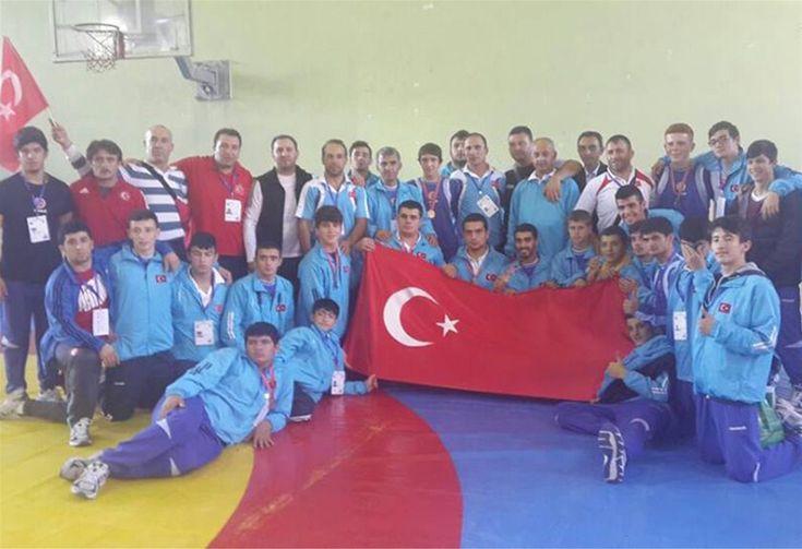 Dünya Yıldızlar ve Gençler İşitme Engelliler Güreş Şampiyonası'nda 5 altın, 9 gümüş ve 10 bronz madalya kazandık. Takım halinde şampiyon olan sporcularımızı Gençlik ve Spor Bakanı Çağatay Kılıç tebrik etti.