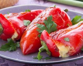 Piquillos farcis au cabillaud, écrasé de pommes de terre, thym et piment d'Espelette : http://www.fourchette-et-bikini.fr/recettes/recettes-minceur/piquillos-farcis-au-cabillaud-ecrase-de-pommes-de-terre-thym-et-piment