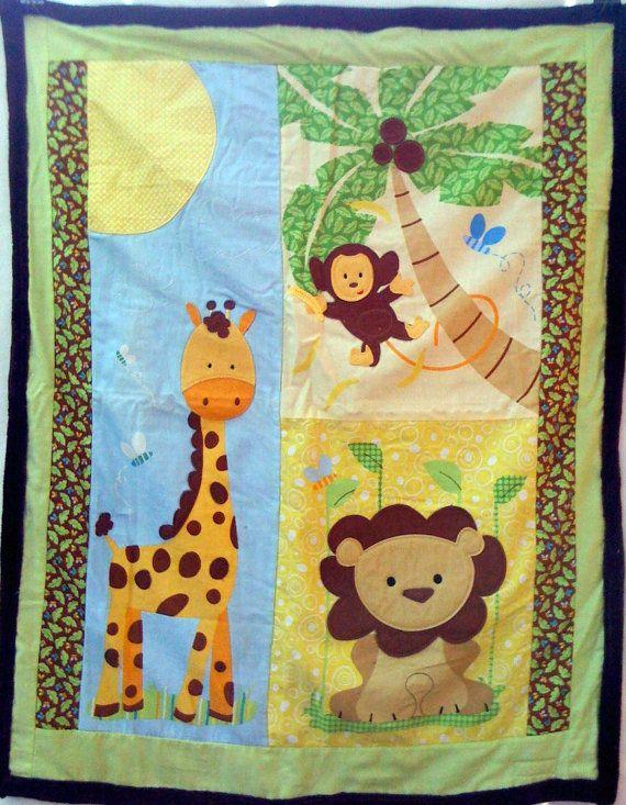 32,5 x 40,5  Questa coperta è fatta di un tessuto stampato e quindi accentata con applique di feltro e tessuto. Appliques: -sole (tessuto di cotone) -testa della giraffa, retro del collo, la coda e pochi punti (feltro) -scimmia (feltro) -noci di cocco (feltro) -testa di Leone (feltro) - e poi nuvole sono ricamati  Ho sostenuto e bordatura la coperta in un cioccolato marrone, super morbido, micro tessuto peluche.
