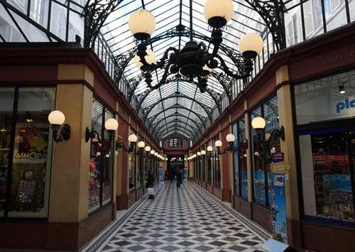 Paris não tem lojas de brinquedos maravilhosas como as americanas. Na minha opinião, a melhor é o Village Joué Club. Ela está situada perto da Ópera Garnier e das Galerias Lafayette, instalada em uma bela passagem coberta construída no final do século XIX. Toda a galeria é ocupada pelos brinquedos e dividida por setores: jogos …