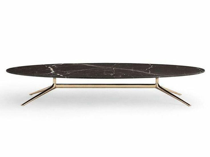 Mesa de jantar oval Mondrian by Poliform Design. Tampo em granito preto e pés dourado.