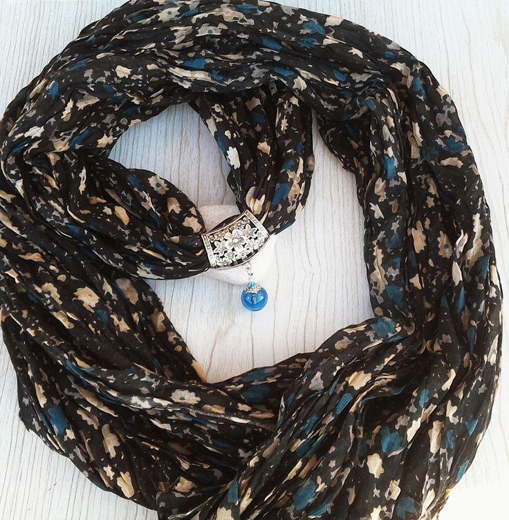 Foulard et son bijou en perle de verre soufflé au chalumeau bleu et cristaux swarovski. : Echarpe, foulard, cravate par auverredoz