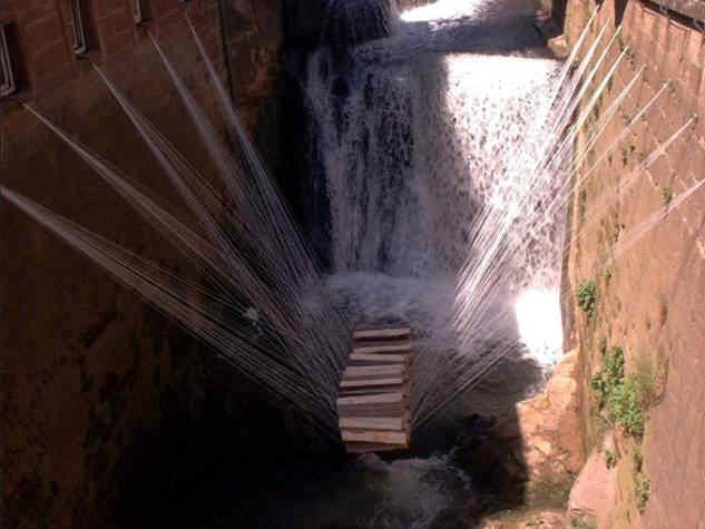 Klafter, Installation von Sebastian Böhm und Werner Müller im Wasserfall des Leukbaches in Saarburg, 21. Mai 2001 bis 8. Februar 2002