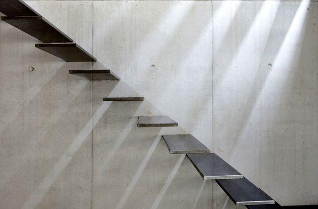 "Maison G-S  Mooie betonnen wand.Met ""zwevende"" treden."