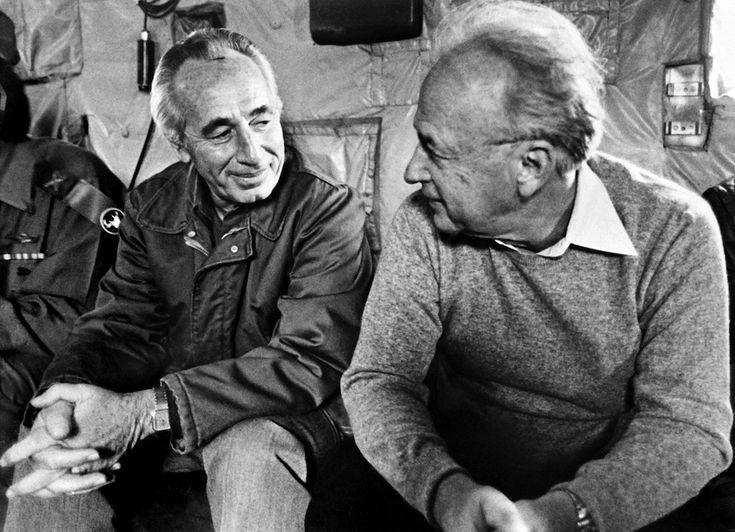 Shimon Peres e Yitzhak Rabin: L'allora primo ministro israeliano Shimon Peres con il ministro della Difesa Yitzhak Rabin, in viaggio verso il Libano nel novembre del 1984.