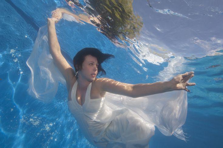 ドレスを捨てる覚悟で!?美し過ぎる水中フォトウェディング