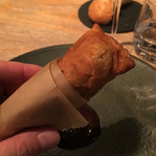 日本の風土、食材に基づき、親しみのある料理に敬意を込めたL'ASの新しいスタイル。 日本の料理をフレンチで表現。 こちらはうなぎパイ。 フレンチでうなぎパイなんてありえない? . いや、アリエールでしょ。 . #アリエール #言ってみたかっただけ #ラス #LAS #表参道 #東京 #フレンチ #うなぎパイ #食べスタグラム #美味しいお店 #美味しい #おいしい #食べ歩き #レストラン #グルメ #ランチ #表参道食べ歩き #表参道レストラン #表参道グルメ #表参道フレンチ #表参道散歩 #japan #tokyo #omotesando #食べログ #インスタ食べログ化計画 #飯テロ #スマホ写真部 #iphone写真部 #iphoneで撮影