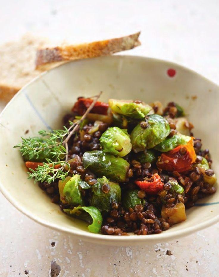 Bereiden:Snijd de ui en knoflook fijn. Schil de aardappelen en snijd in blokjes. Verwarm de olie in een stoofpot en fruit hierin de ui en knoflook 5 minuten.Voeg de linzen, gehalveerde spruiten, tijm, zongedroogde tomaten en de gedroogde kruiden toe. Giet er de groentebouillon bij en breng aan de kook. Verlaag het vuur en laat de linzen 15 minuten sudderen.