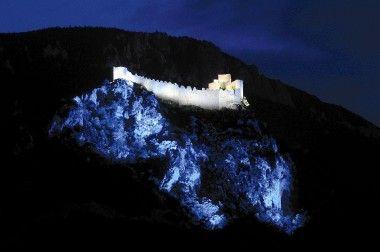 La citadelle cathare de Puilaurens illuminée par des LED !  La vertigineuse forteresse de Puilaurens (XIIème et XIIIème siècles) est le premier des châteaux cathares à bénéficier d'une mise en lumière digne de ce nom. Il aura fallu l'arrivée des LED pour rendre la facture énergétique et les frais d'entretien suffisamment accessibles pour... http://led-mag.fr/non-classe/la-citadelle-cathare-de-puilaurens-illuminee-par-des-led/