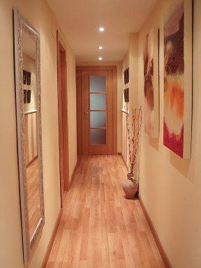 solución para pasillo: espejo con marco, cuadros en la pared