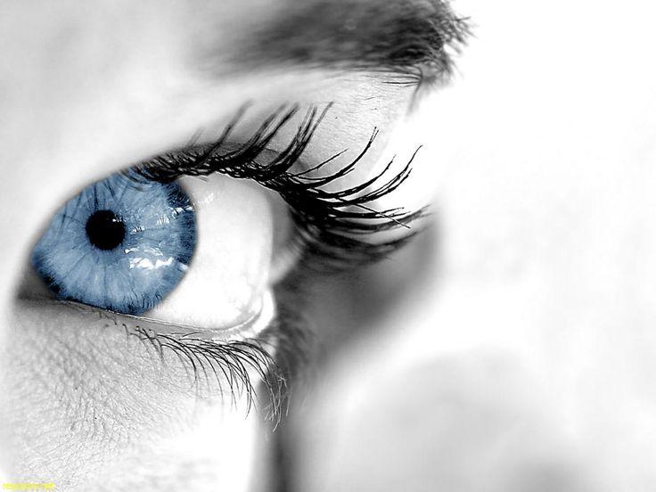 Mavi gözlü insanlar; durağan olmayı sevmeyen, enerji dolu, karar verme kabiliyeti olarak pozitif yönde gelişmiş olan, eli açık, değişimlerin kendilerini korkutmadığı kişilerdir. Biraz hayalperesttirler. Bu yapıları nedeniyle de gerçekleri görmekte zorlanırlar.