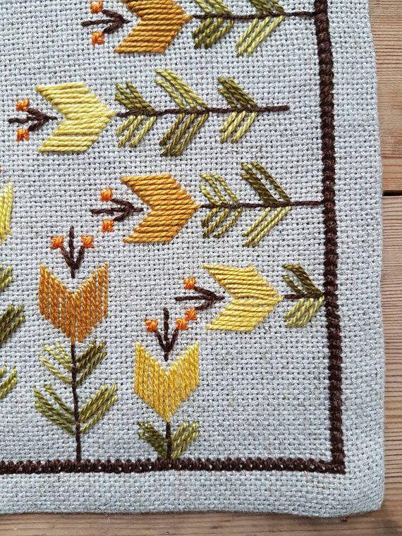 Hermoso bordado de mantel/dolly en lino color crema por Ingsvintage