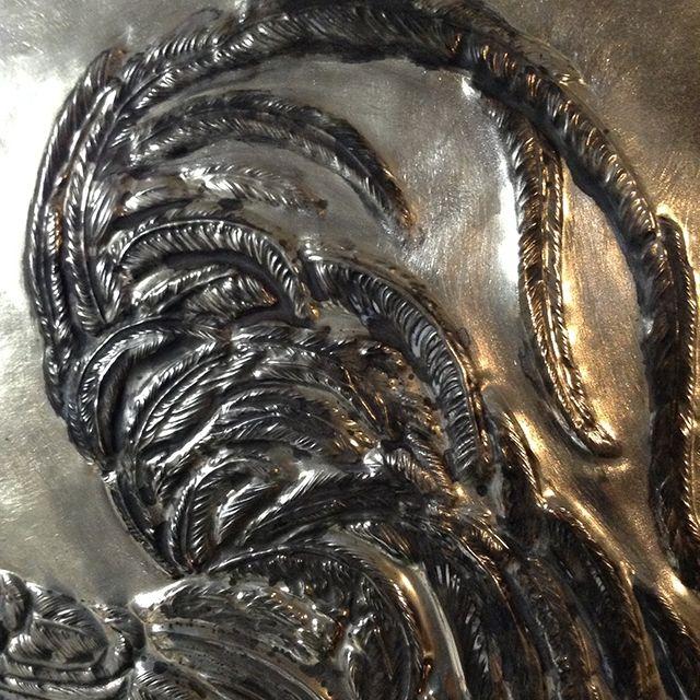 黒く腐食させた尾羽の部分