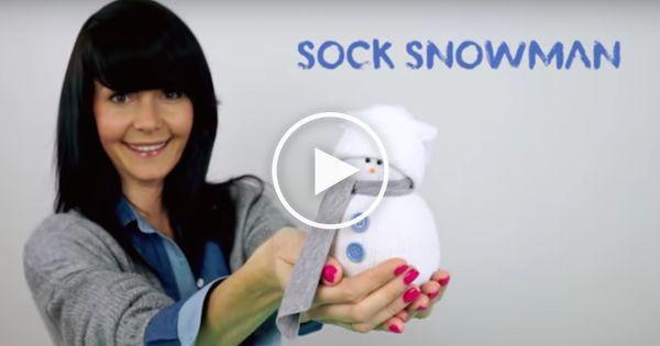 Het is winter, het is koud buiten en heel donker. Wat ga je dan doen? Lekker knutselen! In dit filmpje leer je hoe je een sneeuwman maakt van een oude sok.
