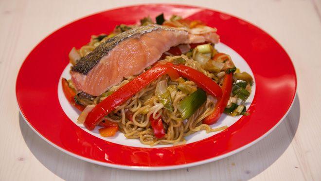Oosterse zalm met noedels en gewokte groente - recept | 24Kitchen