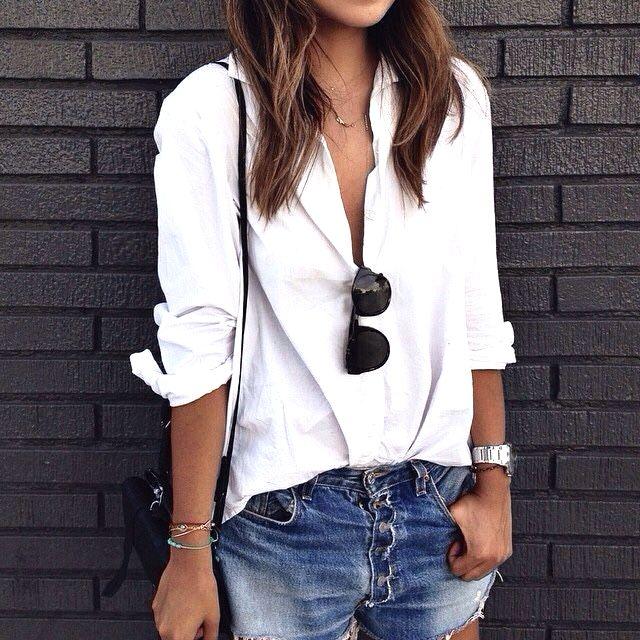 Witte blouse, shorts zonnebril