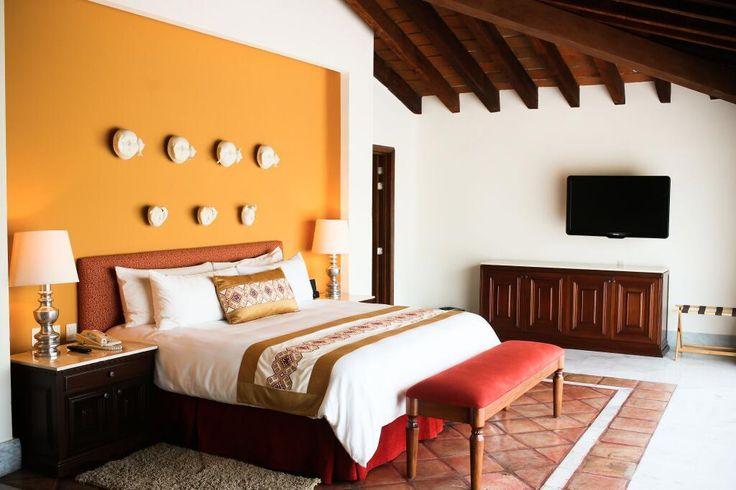 Эта уютная кровать в вашем сьюте уже ждет, когда вы опуститесь в ее комфортные объятья…