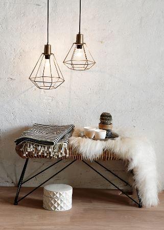 .jag vet inte hur många gånger jag har varit sugen på att skaffa sådana här lampor. Bänken är också charmigt industriell.