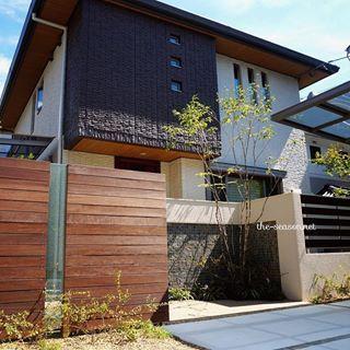 建物に使用されてる素材をエクステリアにも取り入れると、住まい全体の外観にまとまりが出ます。 ・ 軒天に使われた木をイメージした門壁に気泡入りガラスのアクセント。 建物のスリット窓とシンクロして、スッキリとした印象に。 ・ #ザシーズン #エクステリア #外構 #外観 #家 #家づくり #住まい #マイホーム #緑のある暮らし #暮らし #暮らしを楽しむ #モダン #ザシーズン大阪北 #植物と暮らす #一戸建て #シンプルモダン #entrance #exterior #myhome #modern #photo #picture #landscape #landscape #homesweethome #素敵 #大阪 #日々の暮らし #リノベーション #新築